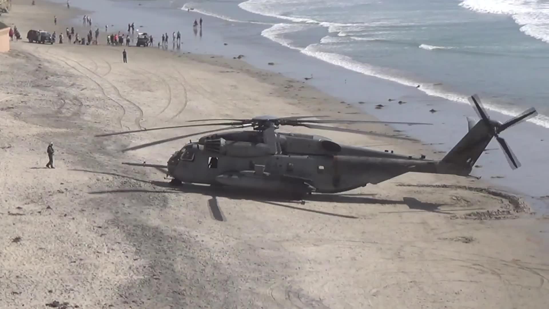 ch 53超级种马直升机在海滩起飞