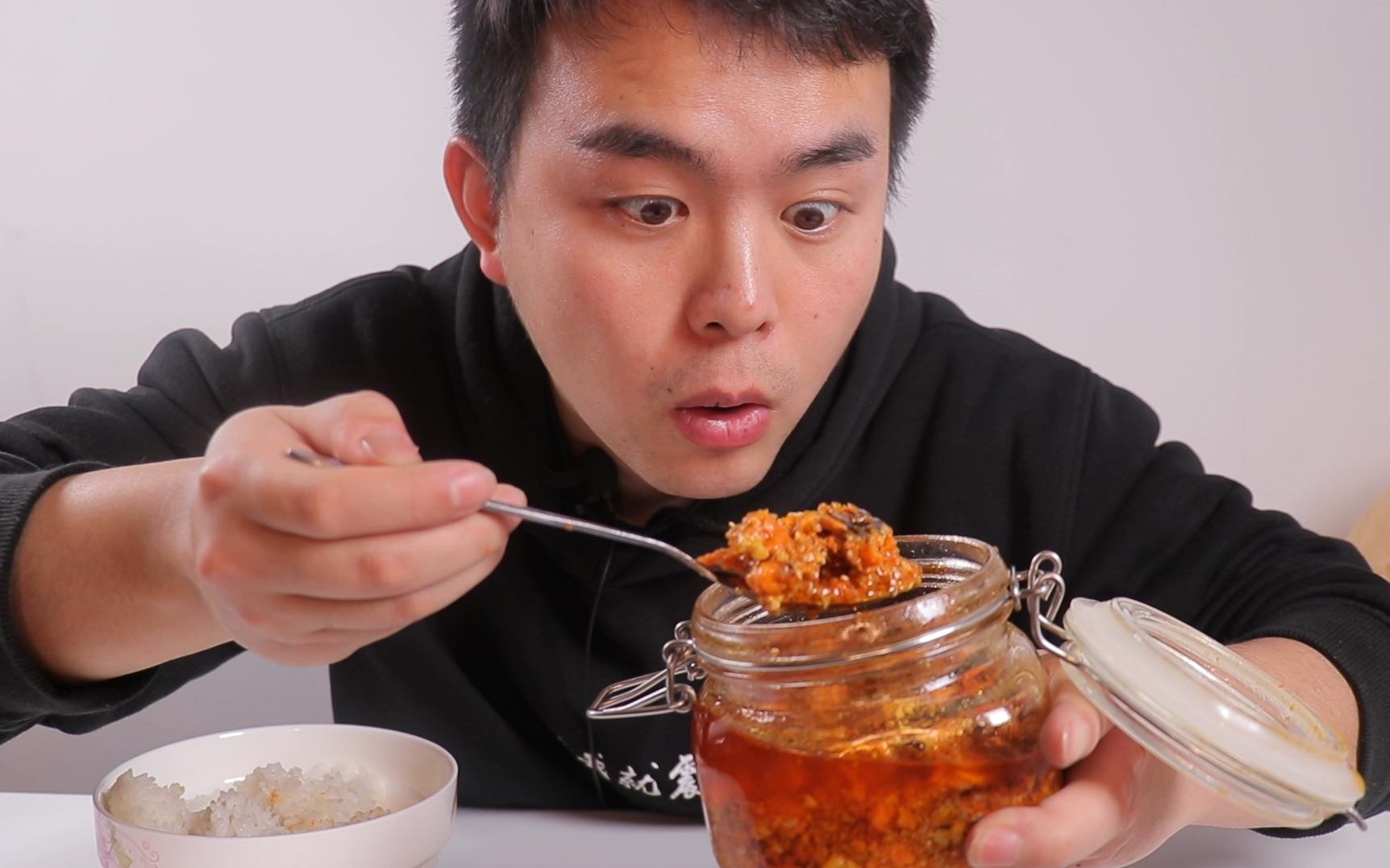 """试吃""""蟹黄酱拌饭"""",一口就是一百多,这碗盖饭也太贵太奢侈了"""