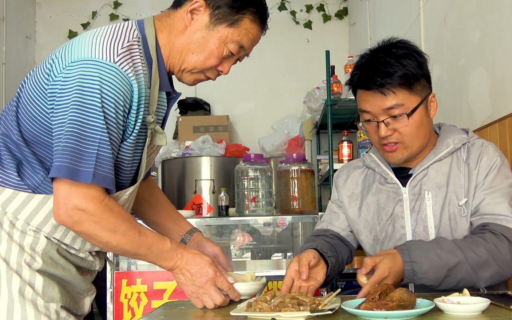 饺子一样一盘,小菜一样一份,大sao下馆子,服务员大爷太开心了
