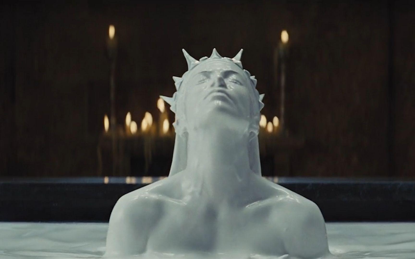 王后为了永葆青春,用牛奶洗澡,然后再发给穷人喝