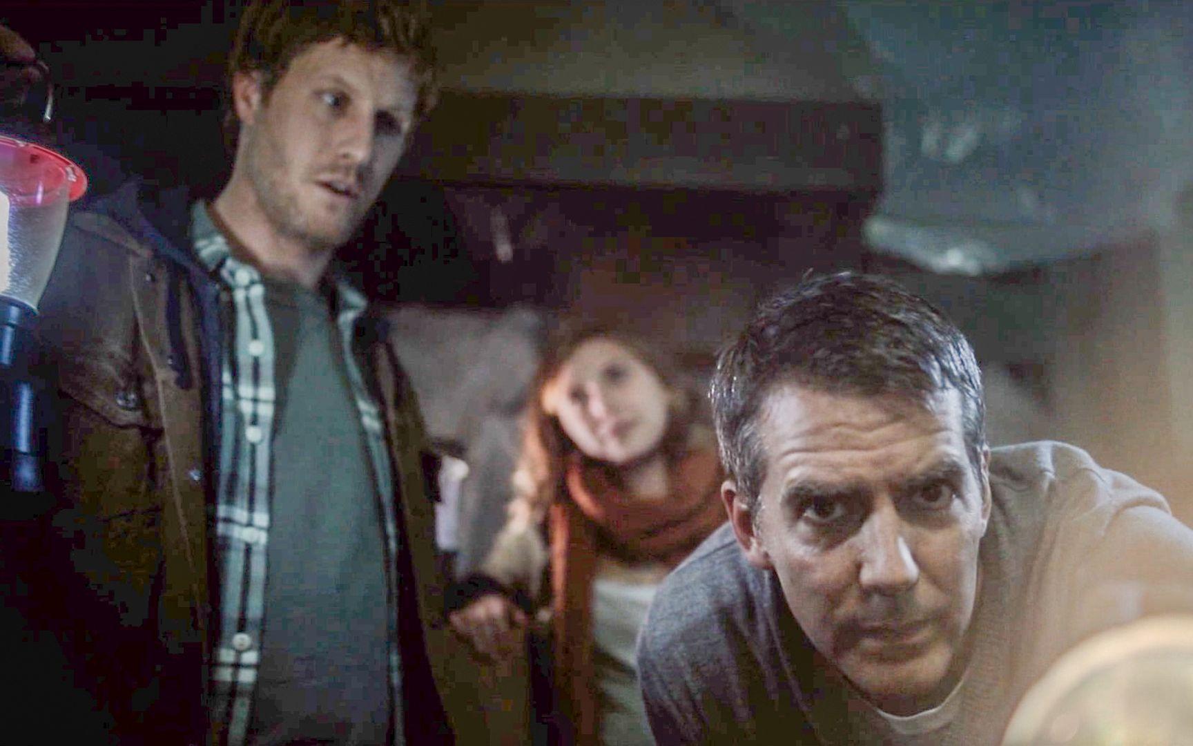 【穷电影】3人准备翻新老房子,却被屋子里的怪东西,吓到尿意全无寂静的房子