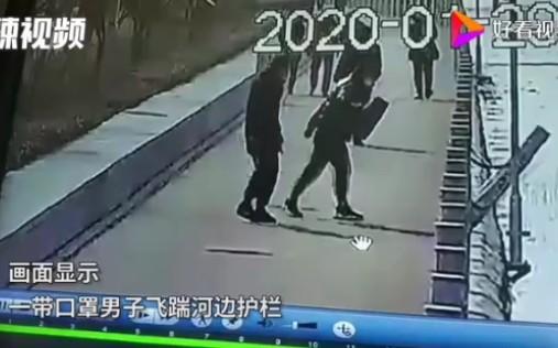 震惊!男子一脚,踢倒218根水泥柱。
