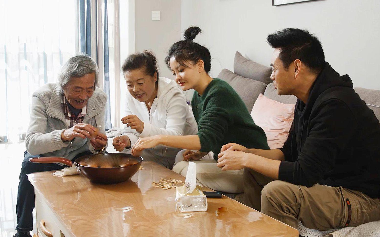 陈翔六点半:奇葩岳父太气人,五千一饼的茶叶拿去做了茶叶蛋!