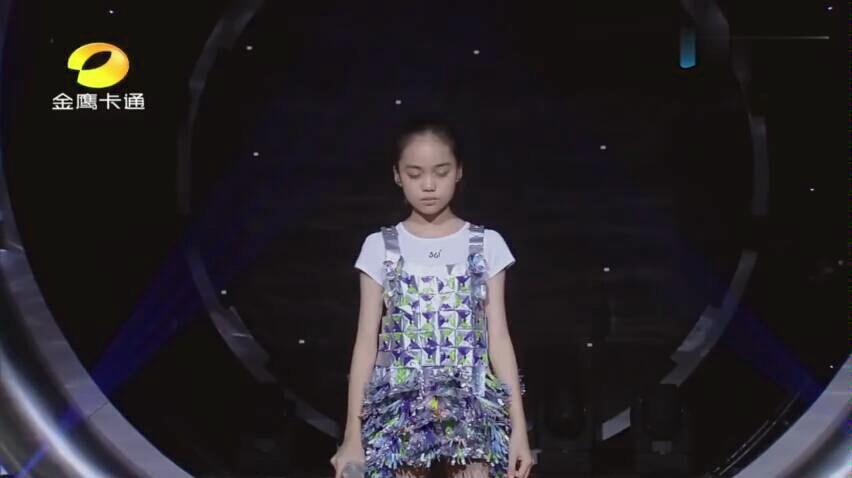 11岁女孩翻唱《酒干倘卖无》下跪的那一刻全场泪奔