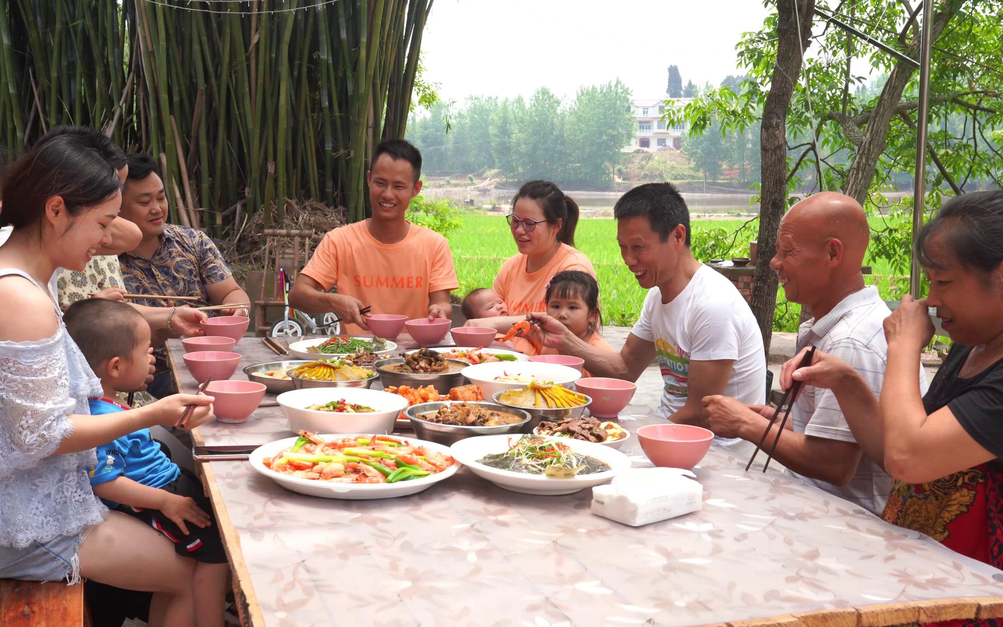 王刚的儿子满百天,一家人围满一桌吃饭庆祝,幸福莫过如此