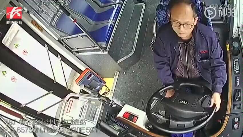 """15秒18拳4脚!公交""""拳王"""",长沙一公交车司机遭男乘客暴打"""