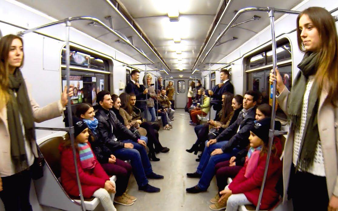 【俄罗斯地铁恶作剧】当地铁里同时出现八对双胞胎做同样的动作,你会?