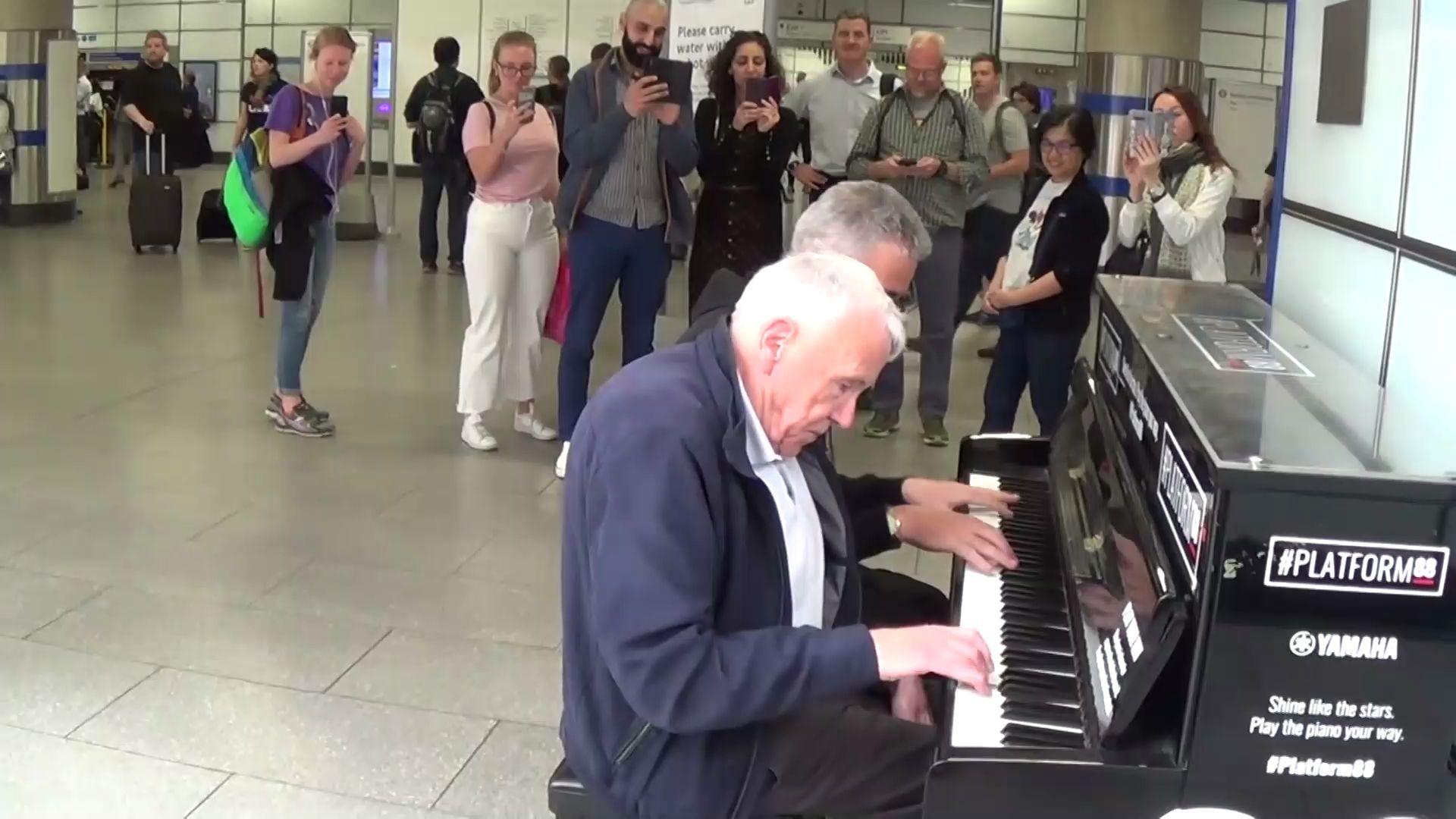 一位老人孤单的在路边弹钢琴,魔法突然就发生了
