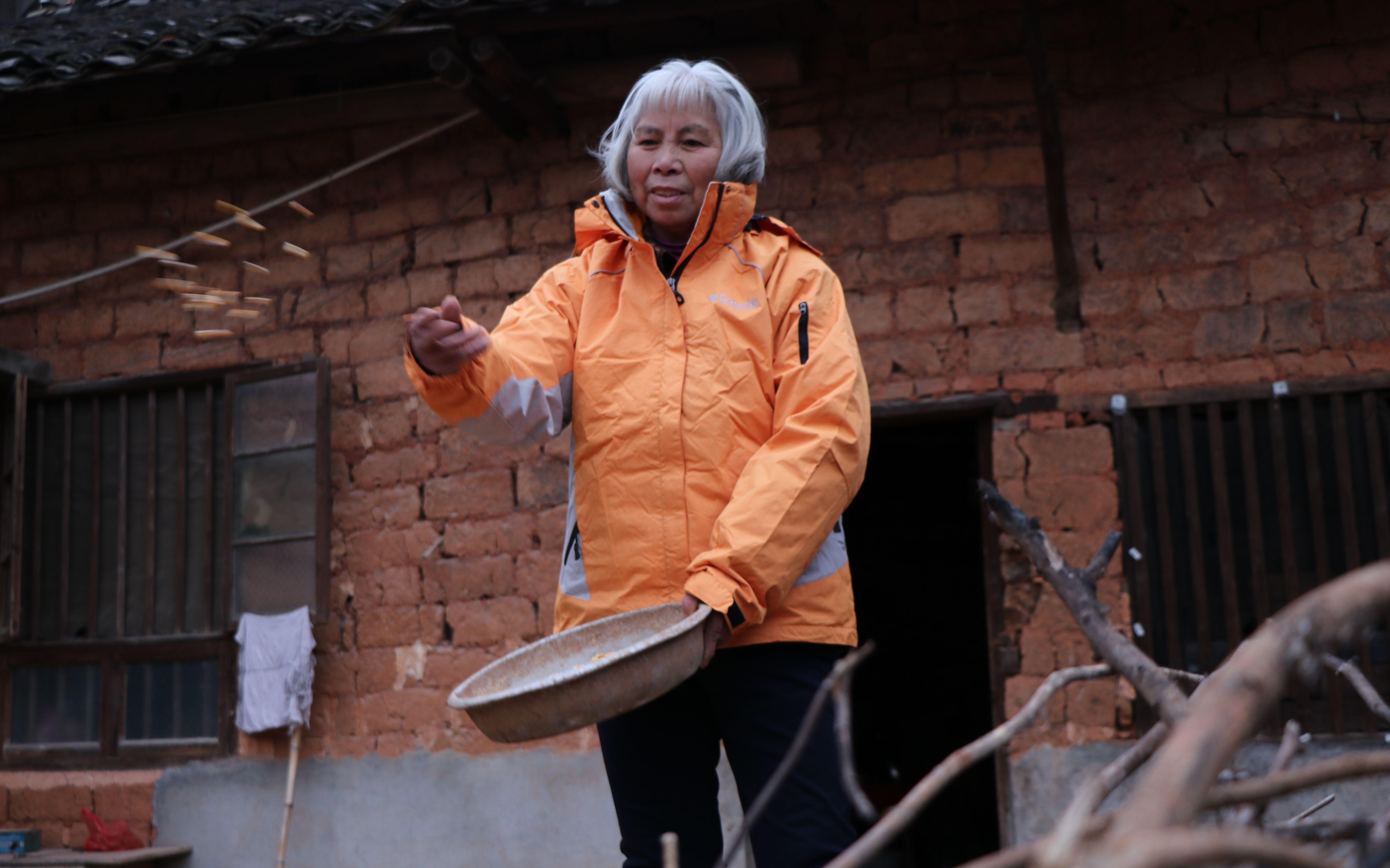 满头白发,老奶奶心态却比我们好100倍,这样的生活你向往吗