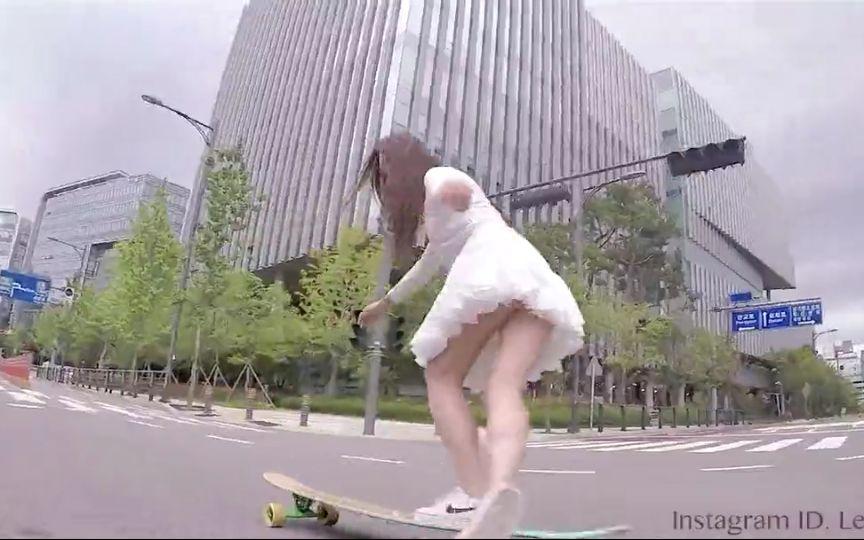 韩国小姐姐玩滑板—白色仙女裙