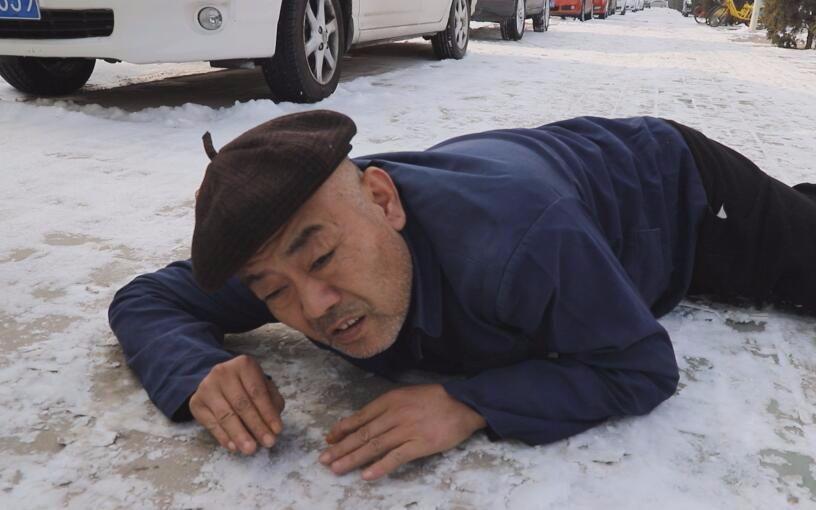 大爷雪地摔倒,多人看到都没敢扶,就这个小伙干了