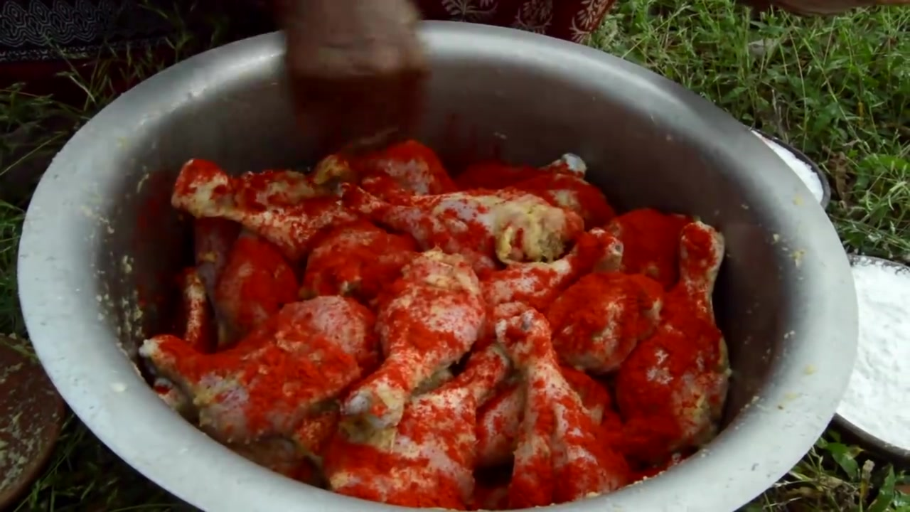 印度老奶奶太土豪了,用大锅一次油炸了50个鸡腿,三个人分着吃