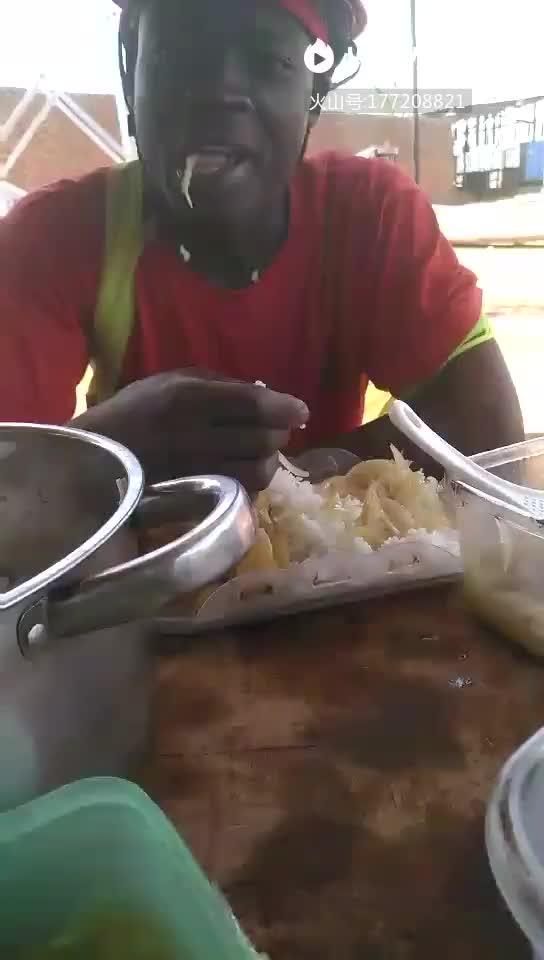 直击非洲人吃饭,直接上手抓图片