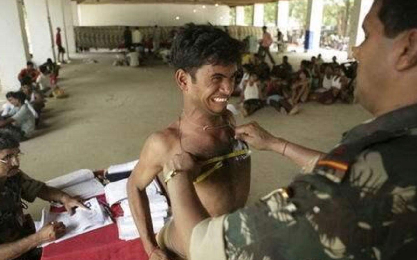 印度征兵真实现场:据说月薪高达4万,难怪印度人挤破头去当兵!