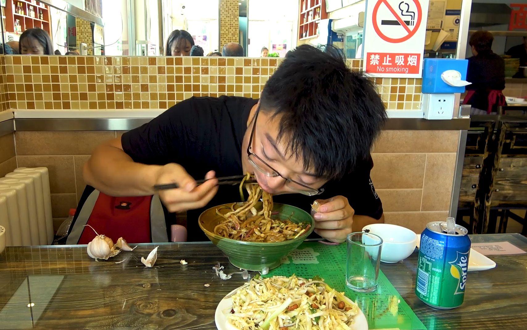 大sao来北京第一餐,老北京炸酱面配凉拌菜 ,大蒜每桌都有,过瘾