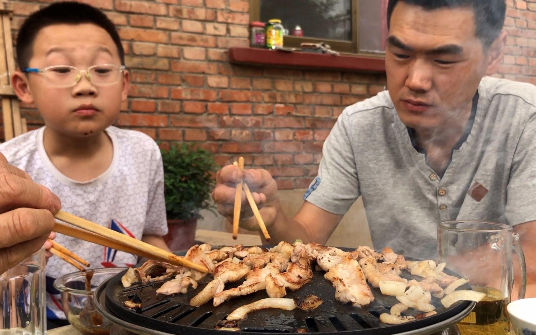阿远买了2斤牛肉、1斤五花肉,孩子说没吃够,铁盘烤出来味不赖