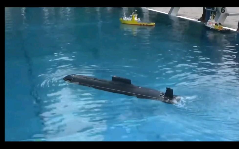 震撼!能发射导弹的潜艇模型