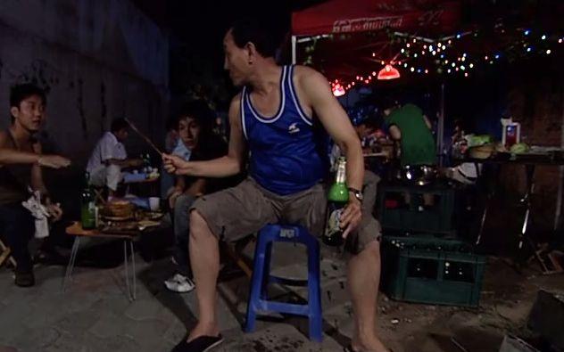 曹大壮去吃烧烤,50块钱10串小红腰,两瓶冰镇啤酒,香!