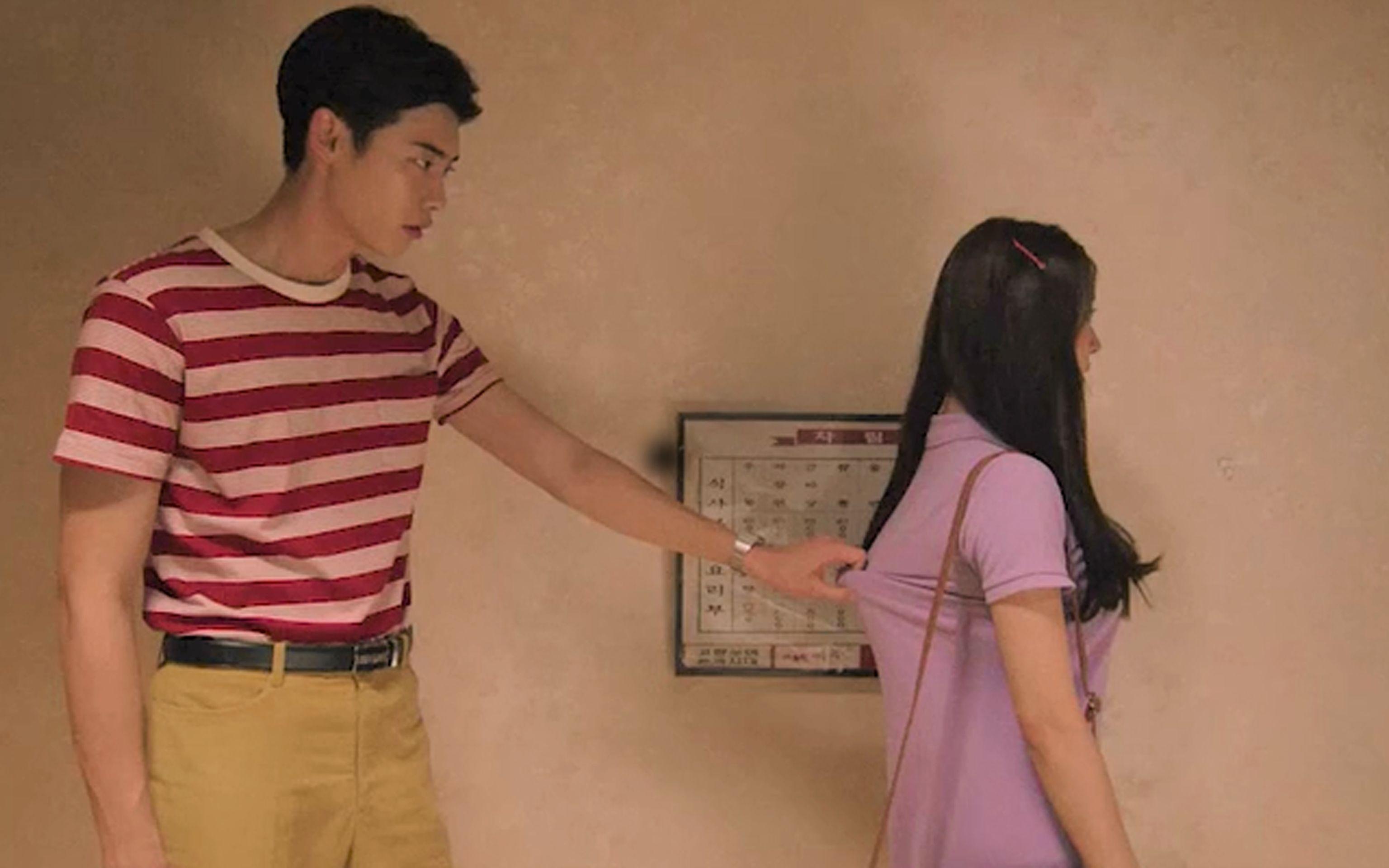 【渣姐】小伙子你拉着妹子的胸带,不放手,这是要干啥呢!韩国爱情喜剧《热血青春》