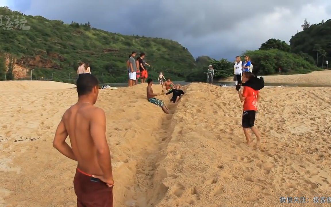 国外小伙在沙滩上玩了一条沟,结果居然成了这样!只能说外国人真会玩