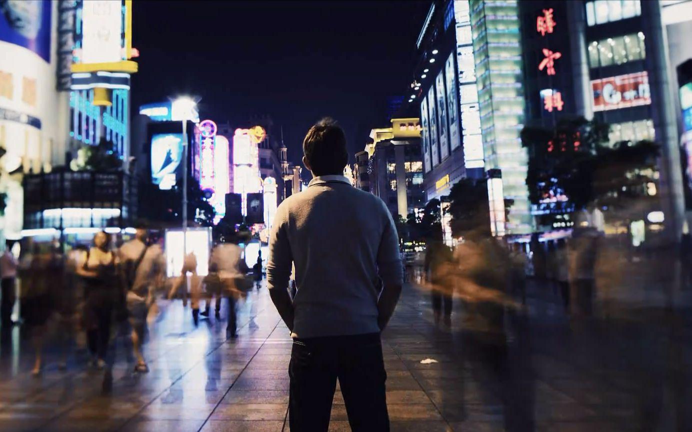 城市街道夜景-延时摄影图片