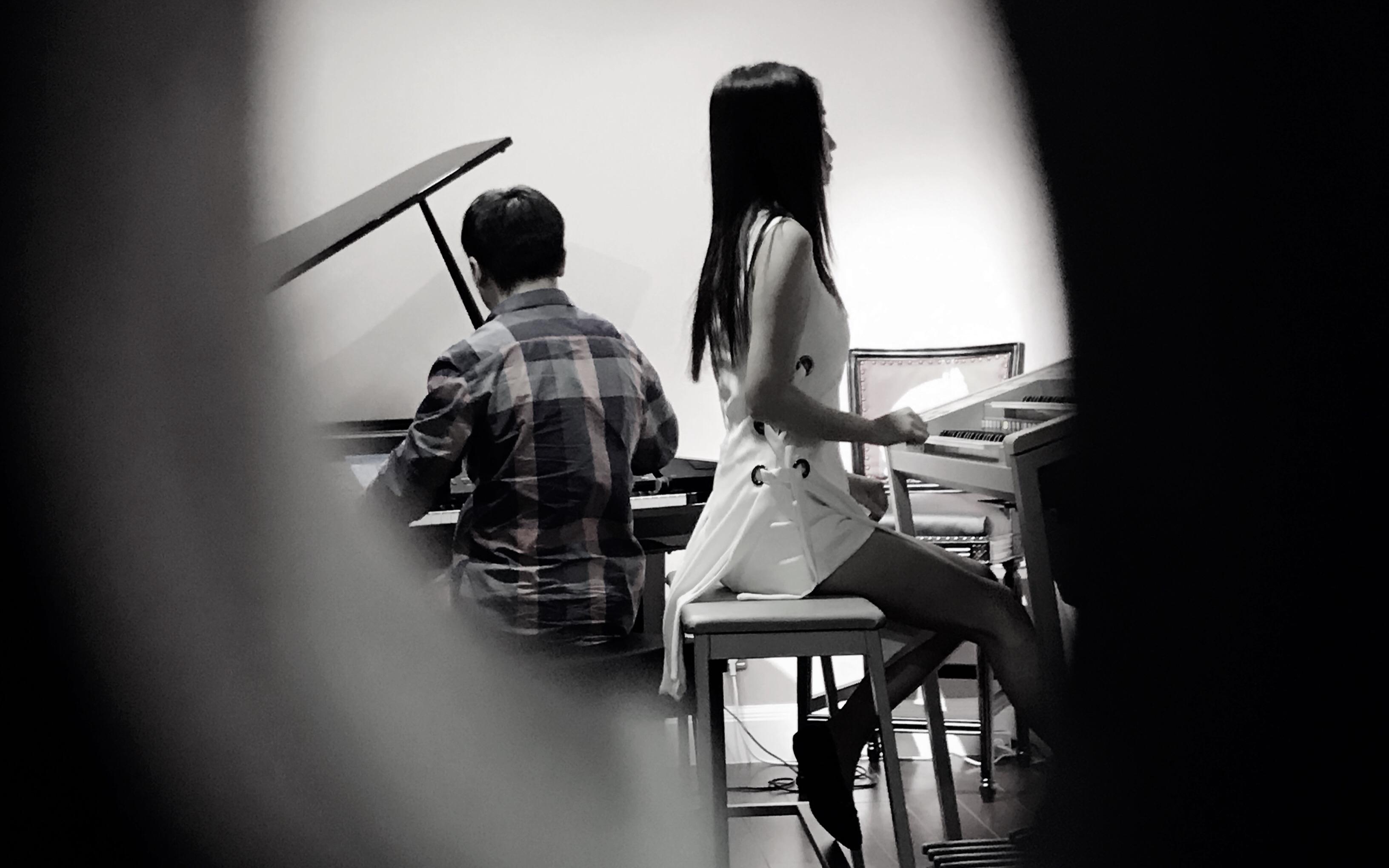 钢琴与电子管风琴图片