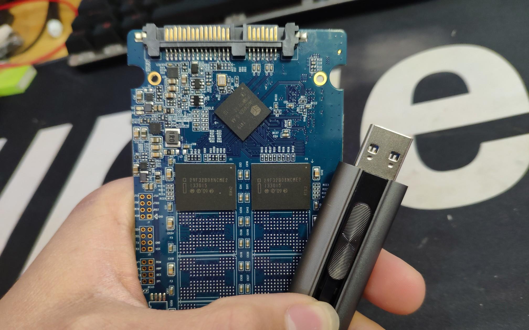 坏的固态硬盘没价值修了,拆了闪存芯片做成U盘用吧!