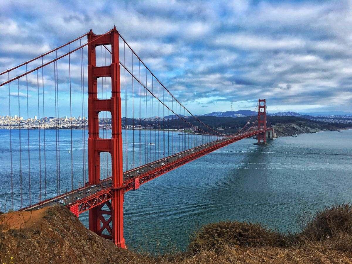 gate bridge),峙于美国加利福尼亚州旧金山金门海峡之上,是世界著名的