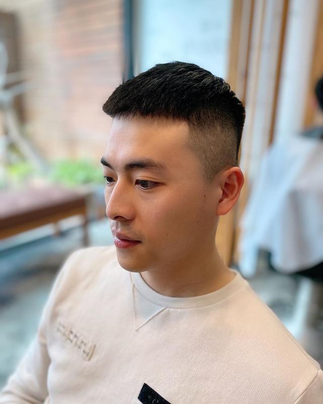 男生两边铲发型真的太帅了,今年试试这几款,简单潮流更有范