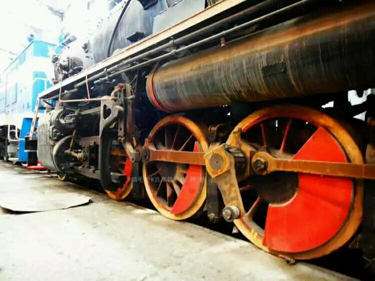 解放747辐条轮   解放2421水滴轮   有的朋友可能会认为国产的解放型蒸汽机车都是水滴轮的,那就错了国产解放也有   辐条轮的   如解放2127号蒸汽机车   解放1型之前身包含下列车型:   机车及煤水车总重160.47吨,机车全长21 823毫图片