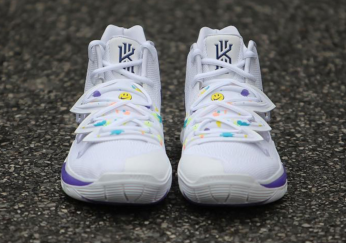 耐克欧文kyrie 5新款球鞋拥有一个迷人的笑脸图片