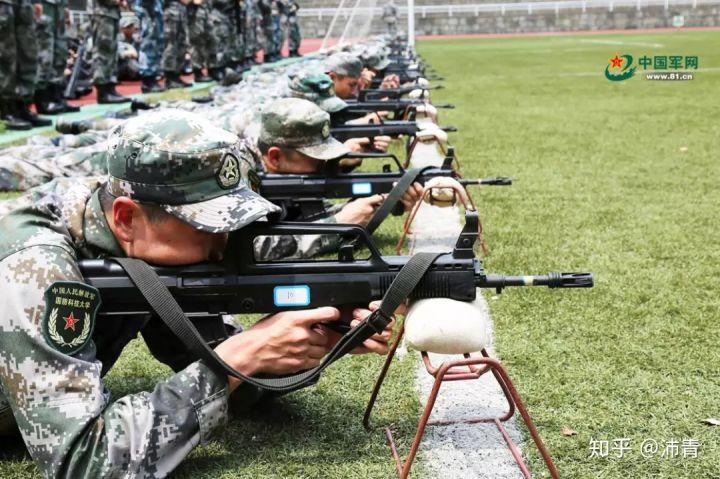 第一次打实弹用的是95,新兵连入伍后一个多月第一次打靶,平时据枪