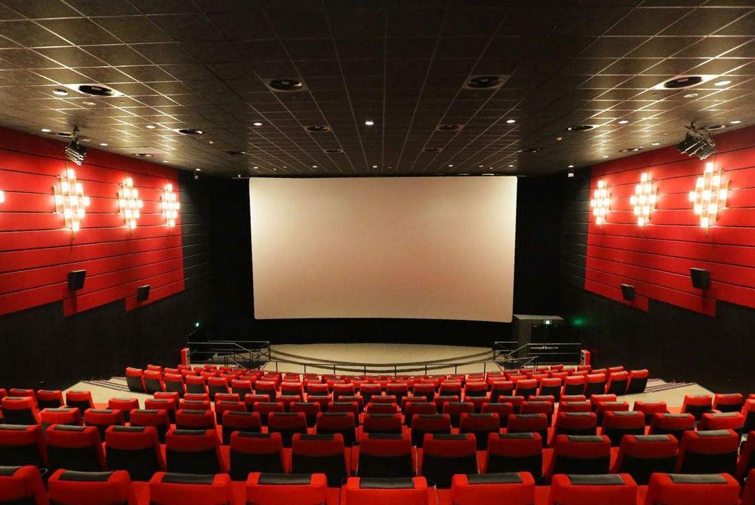 为什么很多人建议不要在电影院太亲热?放映员说出实情