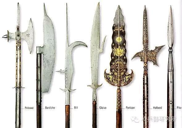 而双手武器则是精英兵种的专用武器,比如巨剑兵.