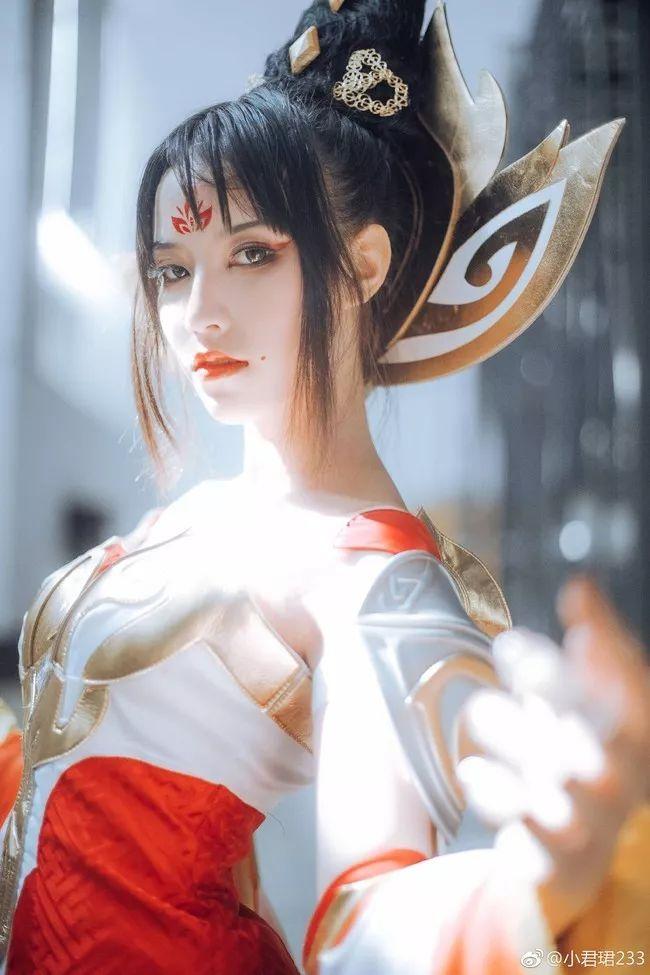 圣光绝色_【cosplay】果然是女王, 自带圣光不得了啊!