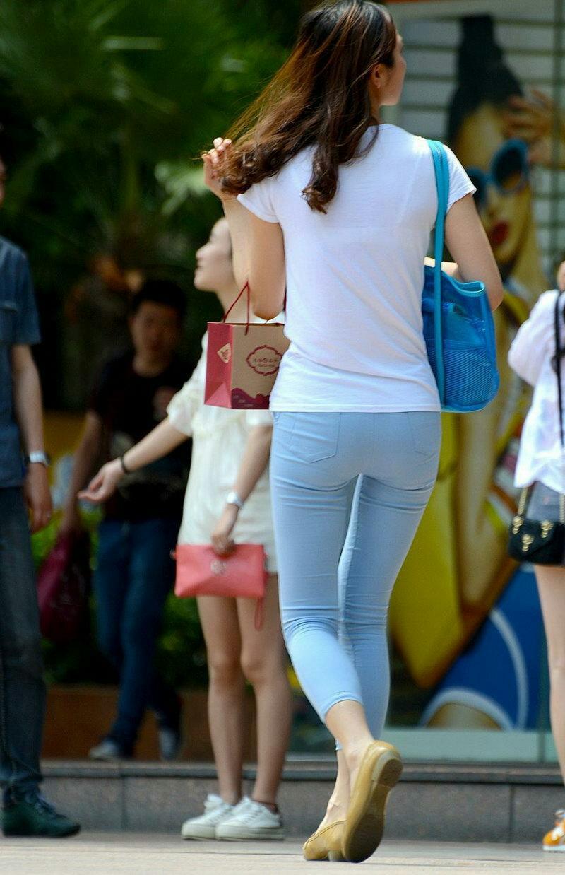 街拍:遇见一位紧身裤美女