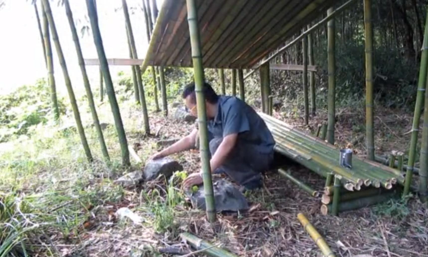 可以在屋子底部用劈开的竹子作为排水沟.