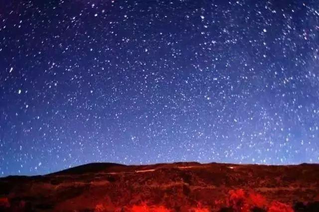 夜晚的沙漠星罗棋布图片