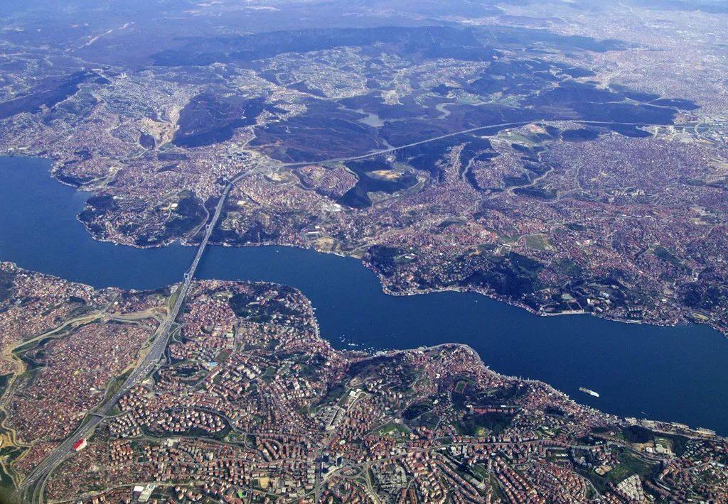 在伊斯坦布尔博斯普鲁斯大桥的俯瞰图图片