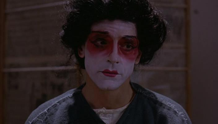 入狱不久,心灰意冷的高仁尼在为狱友表演完《蝴蝶夫人》后,割喉自杀