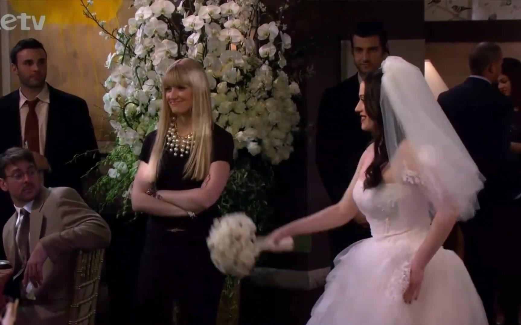 破产姐妹第三季12集_【破产姐妹】第三季第二十一集:max身穿婚纱美爆了,手里的捧花给