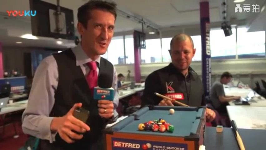 巴里霍金斯挑战世界上最小台球桌,频频失误笑