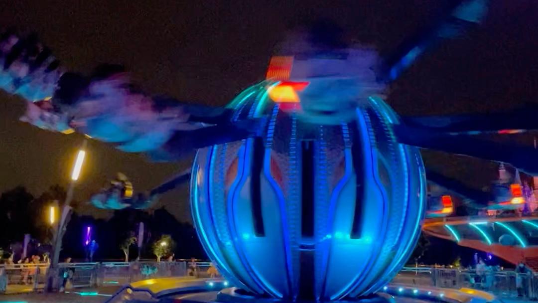 迪士尼喷气背包排队40分钟玩2min