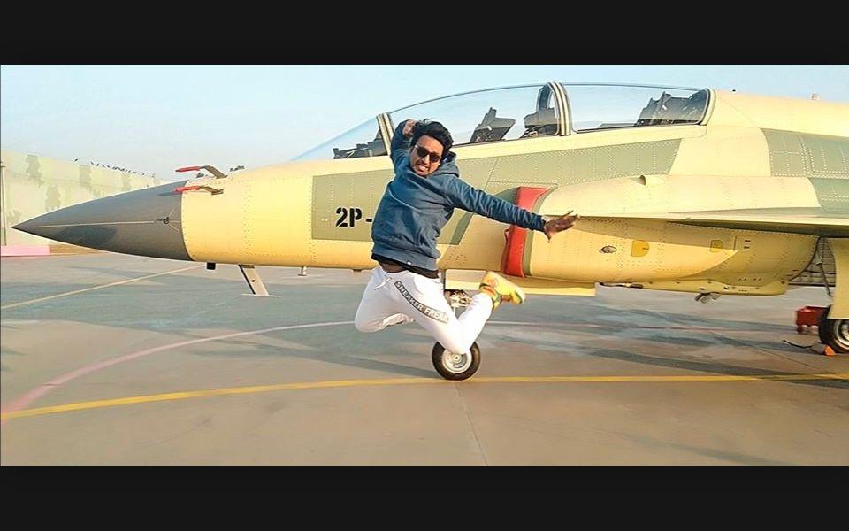 巴铁枭龙战机飞行员表演舞蹈《爱我中华》