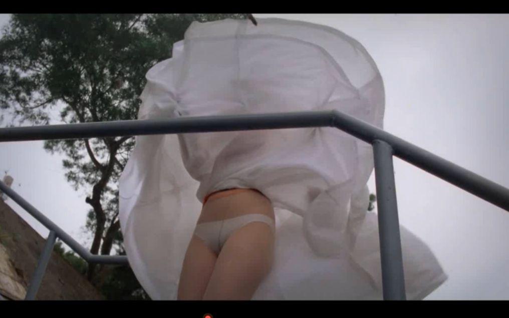 周星驰这嘴,把美女裙子完全的吹掀起来了!白色的!我看到了!看了都要流鼻血!