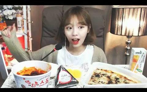 播�_【韩国吃播】【吧唧嘴】炸鸡少女shoogi吃辣年糕披萨和饭团