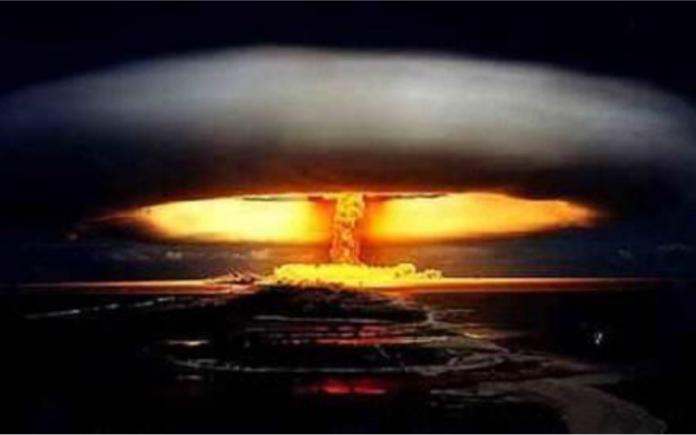 震惊,一小伙竟用核弹消灭了一只蚂蚁