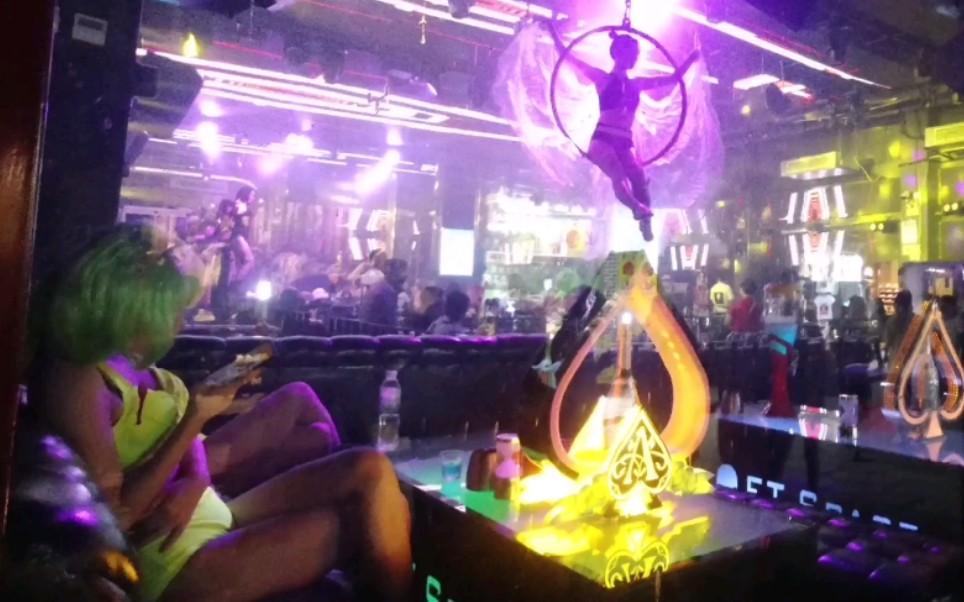 误入桂林阳朔西街里的酒吧①条街,美女们穿着