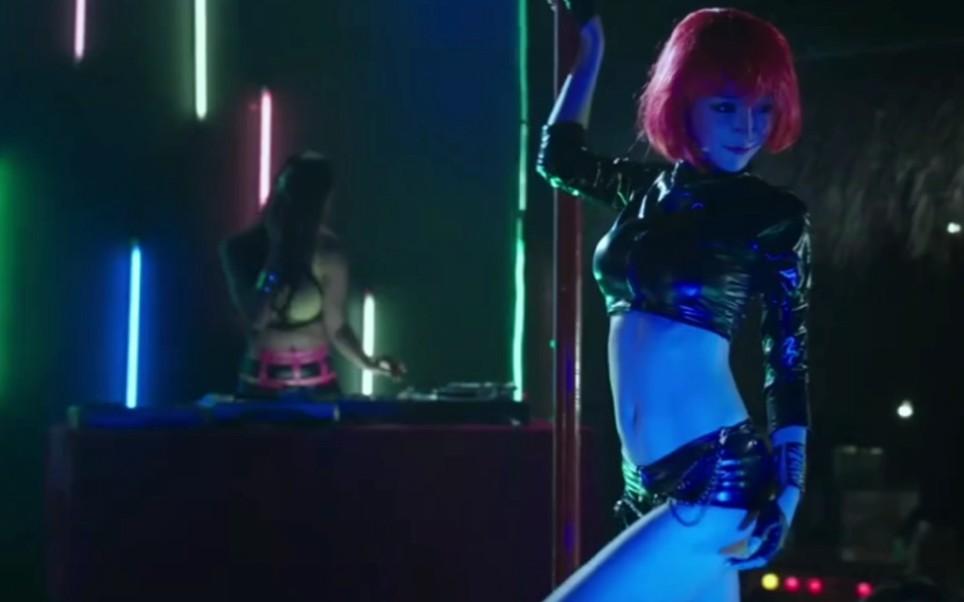 两位绝色美女酒吧表演,大跳性感钢管舞,满屏