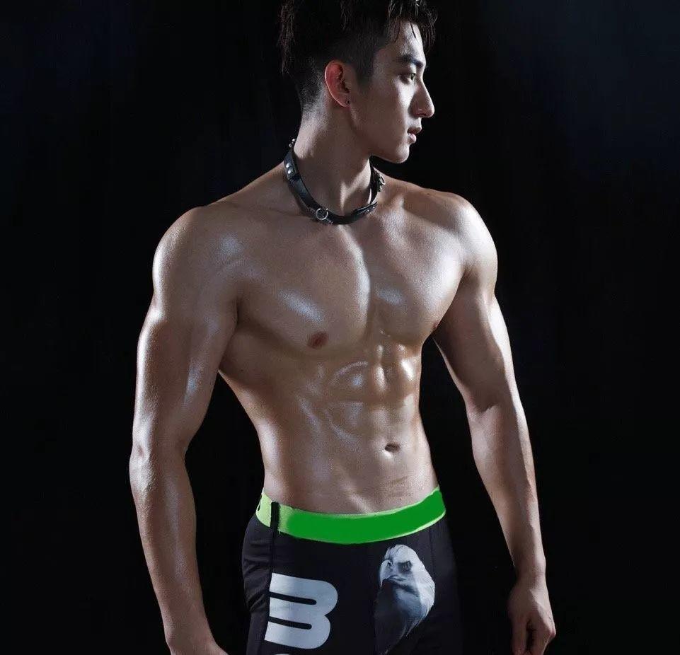 帅哥肌肉图片_肌肉帅哥的腹肌图片